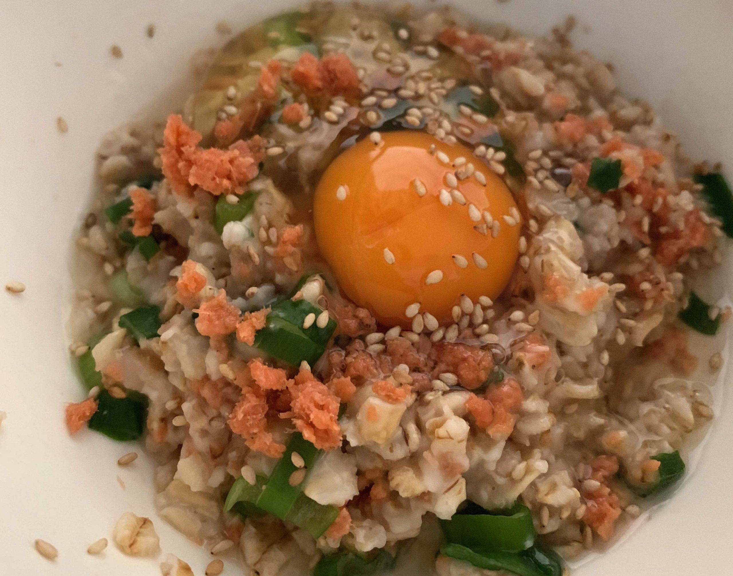 オートミールと鮭フレークとネギの卵かけ丼