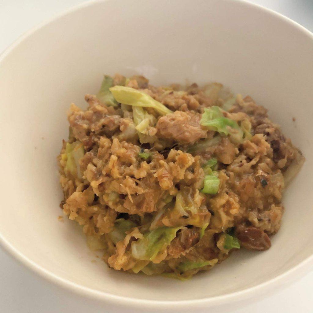 サバ味噌缶とキャベツの雑炊オートミール